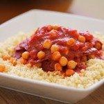 תבשיל חומוס ועגבניות על מצע בורגול
