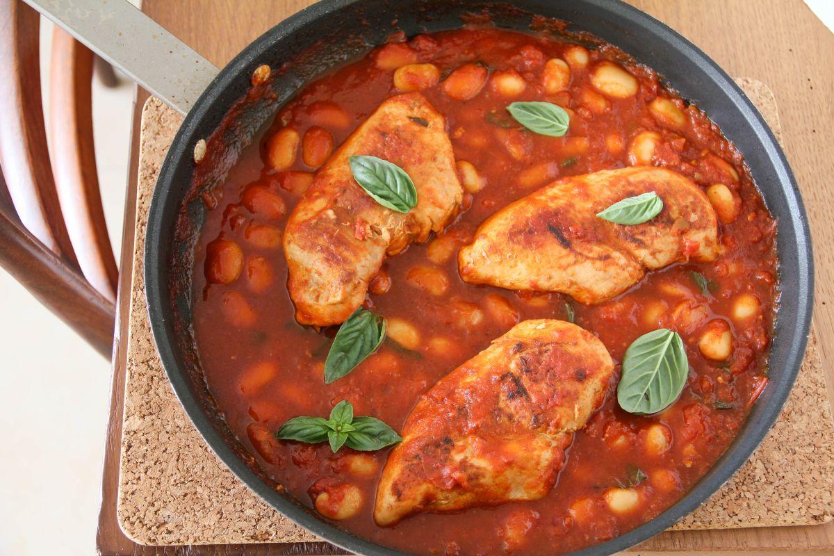 עוף ברוטב עגבניות ושעועית לבנה