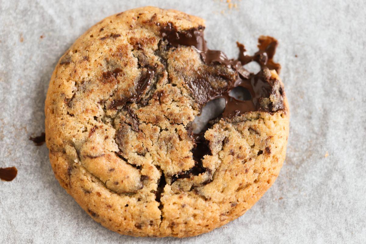עוגיות שוקולד צ'יפס מפוצצות בשוקולד