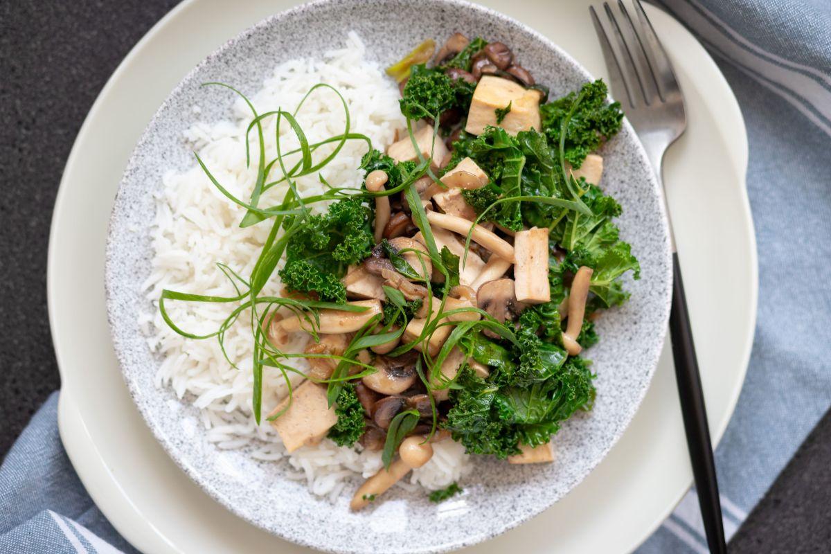 תבשיל מהיר של פטריות, קייל וטופו
