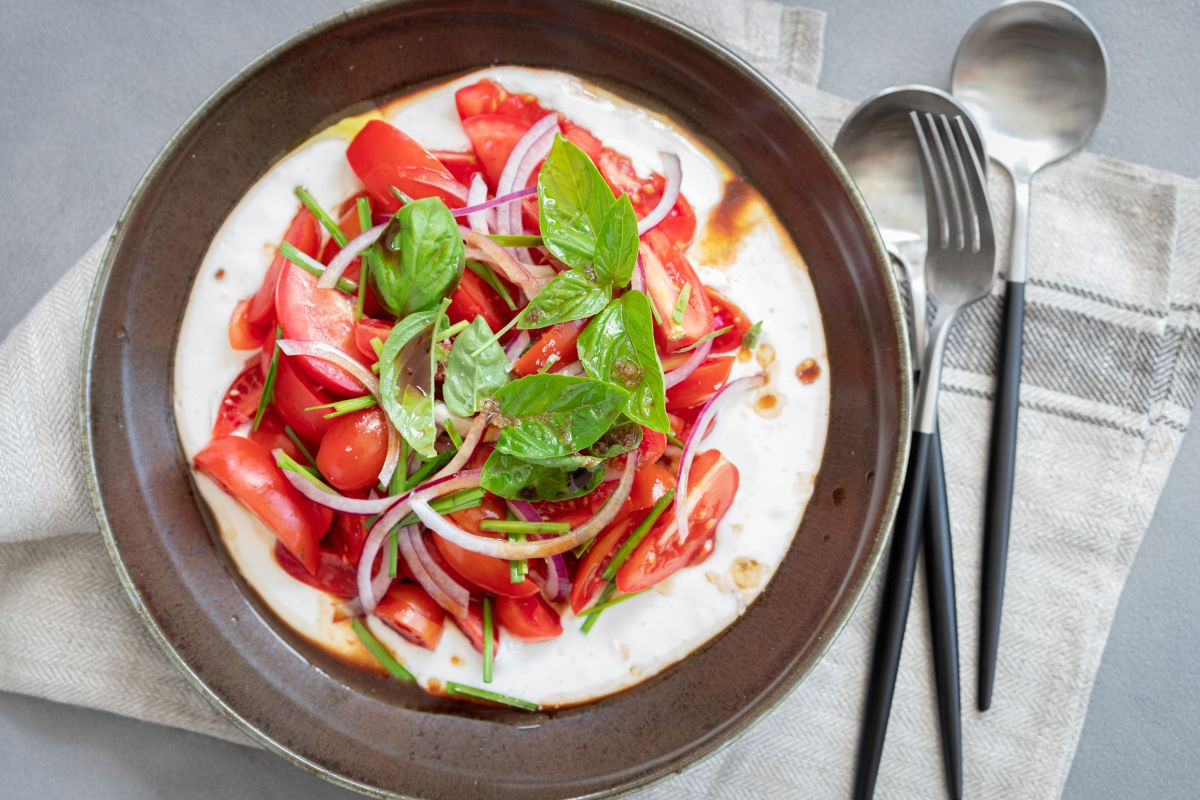 סלט עגבניות על ריקוטה מוקצפת